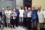 Seckou Keita insieme a don Edoardo Bonacasa e alcuni componenti del Consiglio pastorale parrocchiale