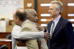 Dewayne Johnson abbraccia il suo legale dopo la sentenza che gli riconosce il risarcimento