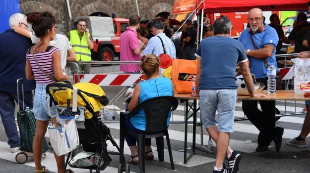 Un gruppo di sfollati dopo che il crollo del ponte Morandi ha investito anche le loro case, Genova