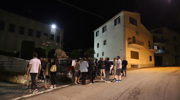 Gente in strada dopo le forti scosse di terremoto a Montecilfone, Campobasso