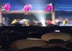Ubriaco sale sul palco al concerto di Beyoncé e Jay-Z: i ballerini lo bloccano, le urla della folla