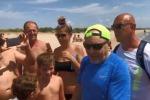 Vasco Rossi in spiaggia a Taranto: sorpresa (e selfie) tra i bagnanti