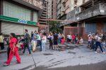 Gente in strada dopo la scossa di terremoto 7.3 in Venezuela