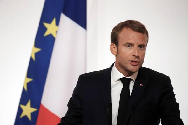 Macron bullizza un disoccupato: