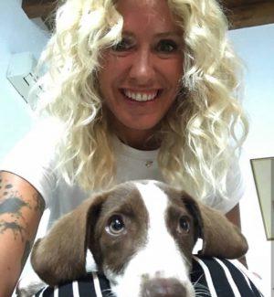 Trova un cucciolo di cane a Vendicari, l'ex velina di Striscia lo adotta
