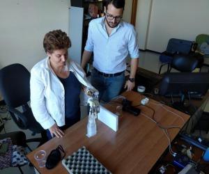 Loretana Puglisi durante uno dei test con la mano bionica (fonte: Scuola Superiore Sant'Anna, EPFL)