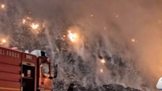 Fiamme in una discarica di rifiuti a Sciacca: raccolta in tilt