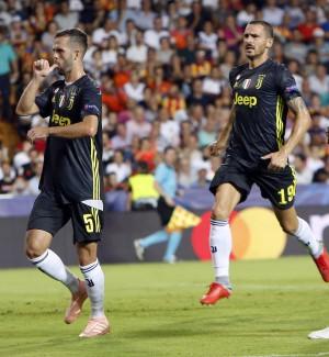 Champions League: rosso a Ronaldo ma la Juve vince a Valencia, Roma ko a Madrid