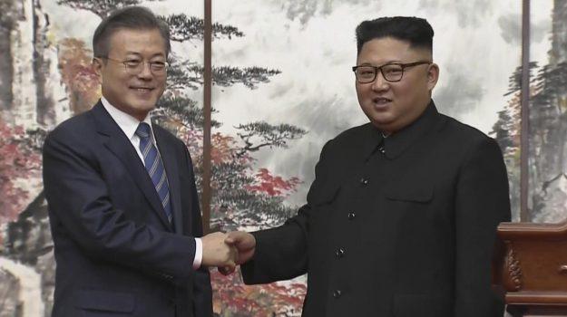 La stretta di mano fra Kim Jong Un (a destra) e Moon Jae-in