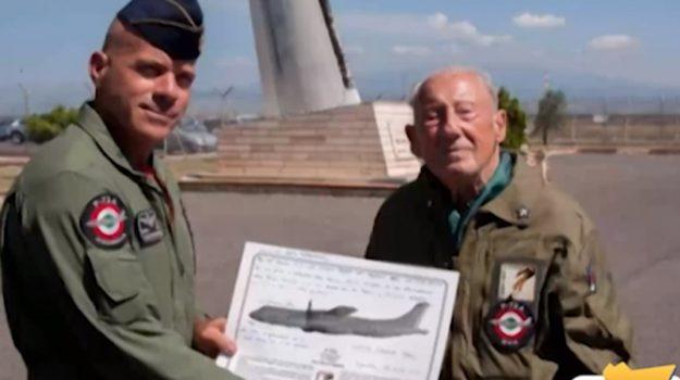 Reduce di 96 anni esaudisce il suo desiderio: in volo con un'areo del 41esimo Stormo di Sigonella