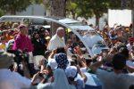 Francesco tra i fedeli a bordo della sua papamobile: le foto dal Foro Italico