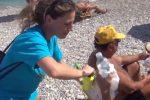 Flashmob a Palermo contro il cattivo uso della plastica: il video dalla spiaggia dell'Arenella