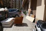 Un grande materasso e vecchi mobili