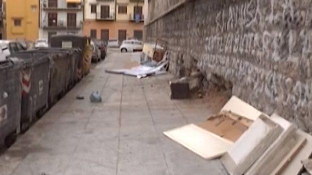 Palermo, rifiuti abbandonati in via Mongitore a due passi dalla scuola