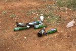 Cumulo di bottiglie di vetro abbandonate