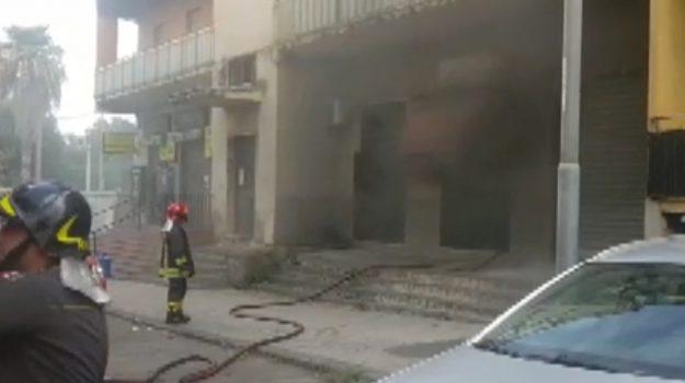 A fuoco una sala giochi a Catania: vigili al lavoro, le immagini dopo l'incendio