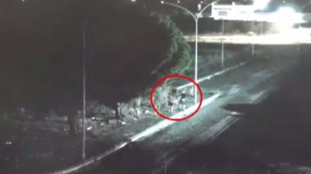 Rapinavano omosessuali a Vittoria, incastrati dalle telecamere: ecco le immagini