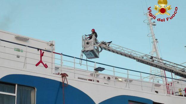 Palermo, attimi di tensione ai cantieri navali: rogo divampa in una nave ex Siremar