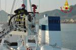 Divampa incendio nel vano motore di una nave a Palermo, le immagini