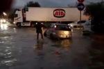 Maltempo a Palermo, allagamenti in via Messina Marine: auto bloccate e pompieri in azione