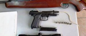 Custodiva una collezione di armi clandestine in casa, donna arrestata a Siracusa