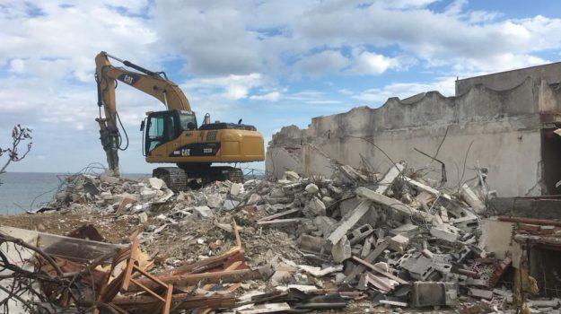 Ancora ruspe in azione nella costa di Carini, demolizione per quattro edifici