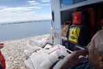 Anziano chiede di vedere il mare, ambulanza si ferma