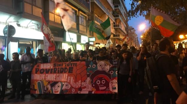 Aggressione al corteo anti-Salvini a Bari, manifestanti aggrediti con mazze e cinghie: due feriti
