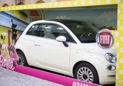Fiat 500 e Barbie attirano l'attenzione a Milano