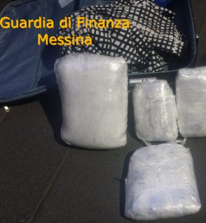 Marijuana nascosta nei pullman scoperta dai cani antidroga: due arresti a Messina