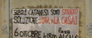 Gli striscioni apparsi a Catania per chiedere il blocco degli sfratti