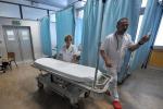 Una sala di cure con un lettino vuoto