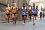 Uomini e donne in gara durante il