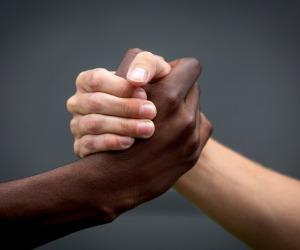 Medici contro il razzismo lanciano campagna nelle città