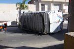 Un furgone si ribalta e abbatte il muro di una casa, traffico in tilt a Marsala