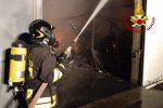 Incendio in un capannone a Biancavilla, danni a una ditta di traslochi e automezzi