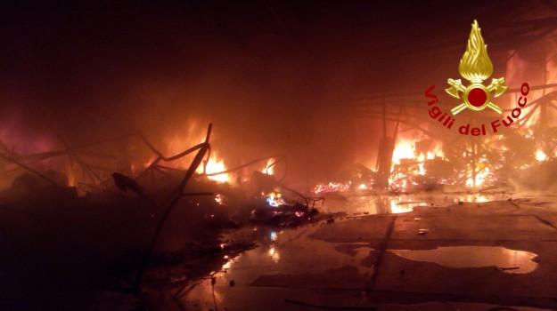 incendio capannone a Catania, Catania, Cronaca