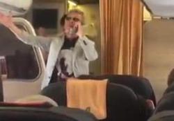 L'hostess chiede il suo aiuto sul volo Lamezia-Roma