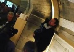L'esibizione a sorpresa alla mensa per senzatetto dello chef Bottura a Parigi