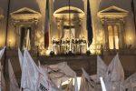 Il vicepremier Luigi Di Maio e i ministri del M5s si sono affacciati dalle finestre di palazzo Chigi dopo l'accordo sulla manovra