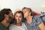 Nadia Toffa (al centro), con il collega Marco e la madre Margherita - Facebook
