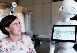 Nella case di riposo il robot badante che si adatta alle culture degli anziani  - Corriere Tv