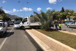 Un furgone invade lo spartitraffico in viale dell'Olimpo a Palermo: automobilisti in coda