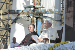 """Papa Francesco tra i giovani al Politeama: """"No all'omertà e alla mentalità mafiosa, non rassegnatevi mai"""""""