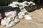 Cumuli di rifiuti abbandonati davanti all'ospedale di Castelvetrano (foto Indelicato)