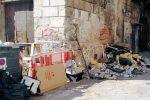 Palermo, il centro storico come una pattumiera. E i turisti fotografano i rifiuti