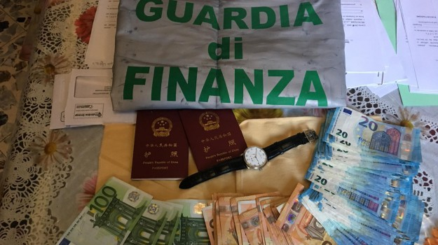 Palermo, frode e riciclaggio: sequestrati 5 milioni a coniugi cinesi, 100mila euro in valigia all'aeroporto