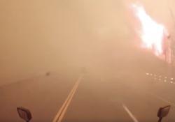 California: con il camion guida in mezzo alle fiamme