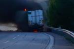 Paura sulla Palermo-Catania per un tir in fiamme: rallentamenti e traffico in tilt