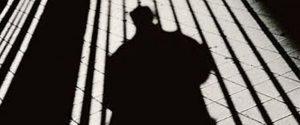 Si aggira mascherato nella notte e terrorizza i cittadini, a Mussomeli è caccia all'uomo nero